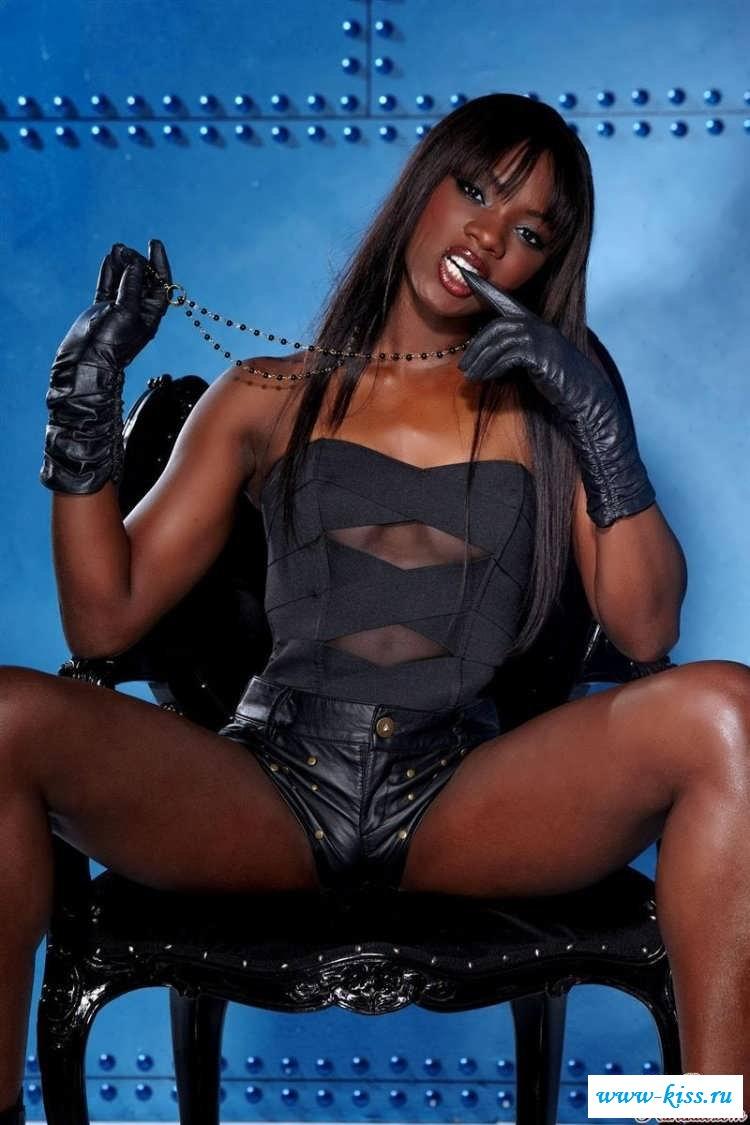 Длинные ноги соблазнительной мулатки  (17 эротические фотографии)