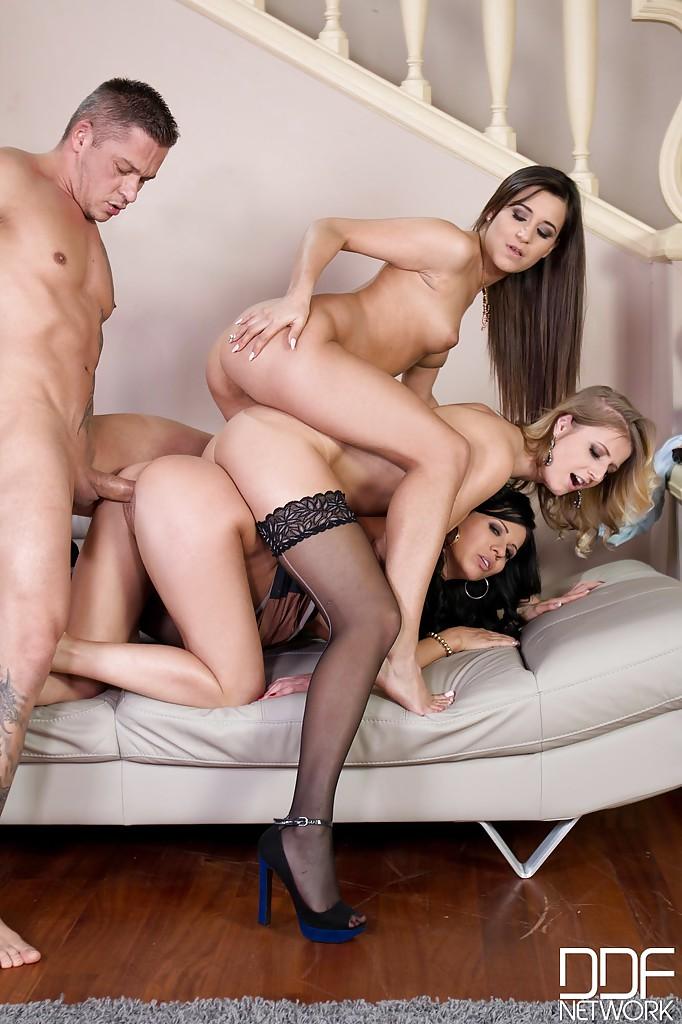 Три актрисы удовлетворили состоятельного мужлана интим фото