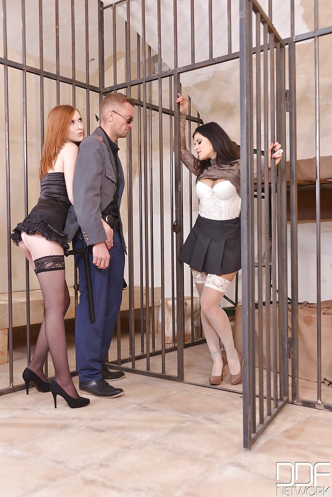 Охранник поимел Двух тюремных девок секс-фото