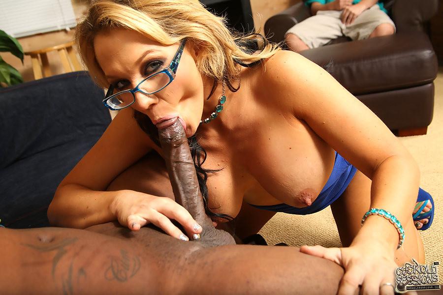 Супруг Nikki Sexx разрешил ей трахнуться с негром