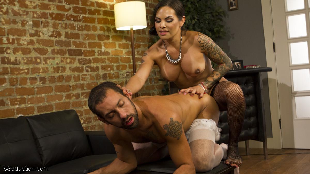 Кавалер обнажается в женский образ горничной, а мамаша с мужским достоинством трахает его в попку