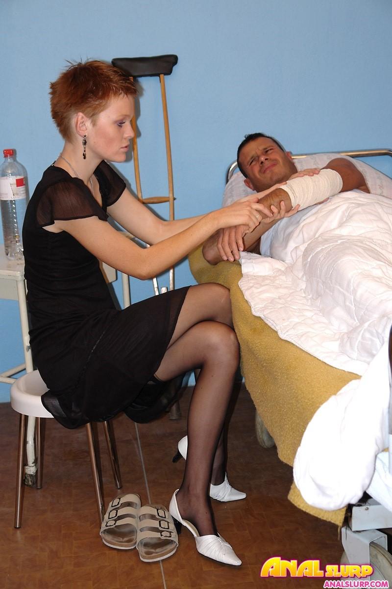 Супруга и ее тёлка пришли навестить мужа, а он засунул им свой писюн  в анус