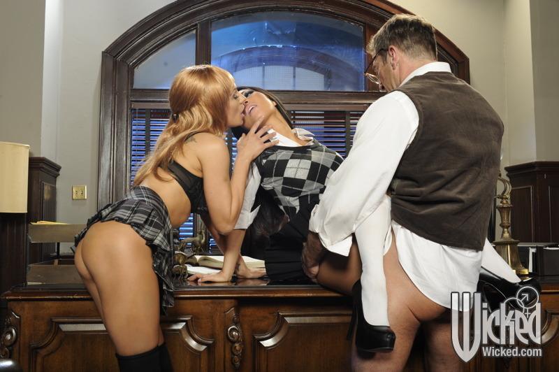 Сисястая японка Asa Akira целует и порет пенис в межрассовой групповушке
