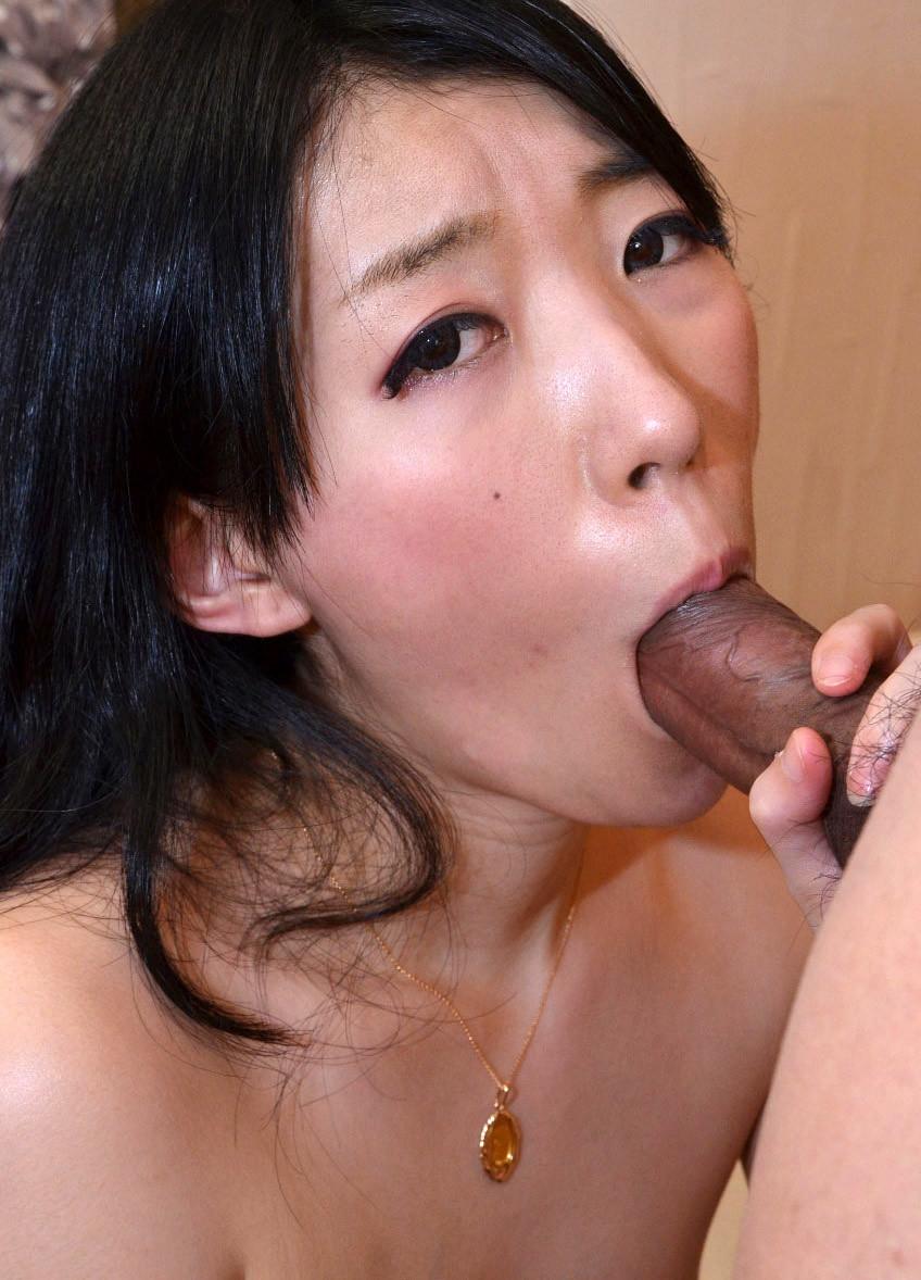 Стройная китаянка Лори лижет и ебется