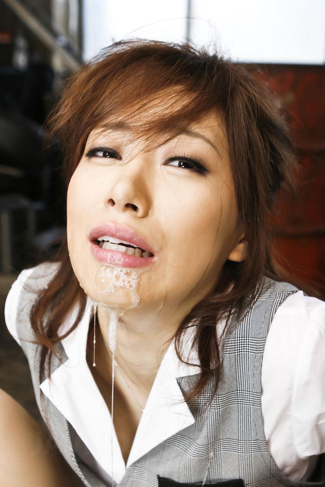 Невинную японочку Keito Miyazawa заставили сосать два паренька