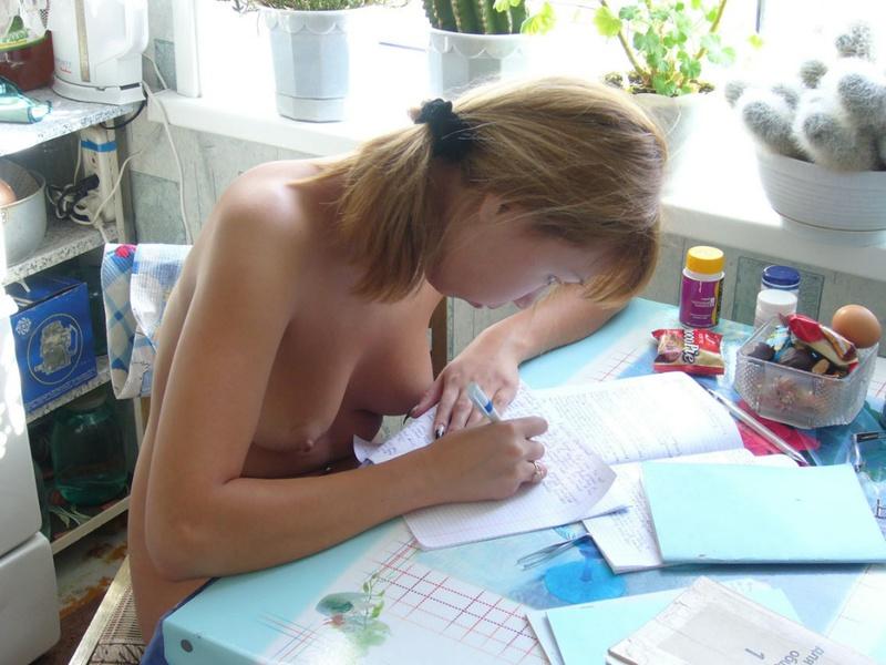 Узбекская студентка принимает ванную и переписывает лекции нагая