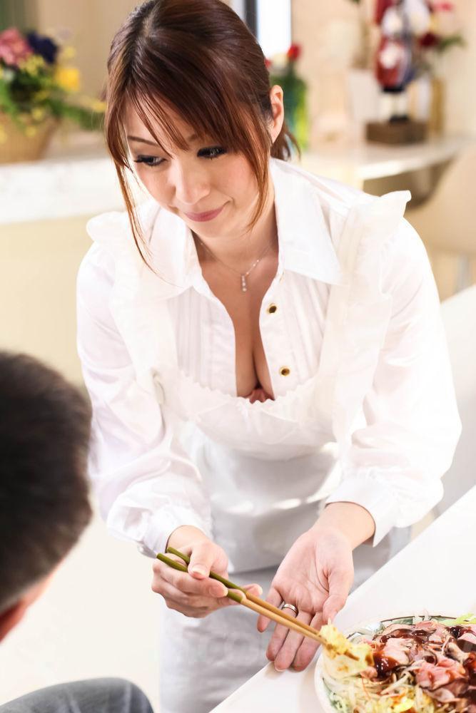 Развратная девушка с узкими глазами Hitomi Araki массирует фалллос на кухне