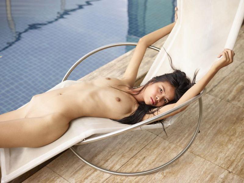 Азиатская чика забавляется в бассейне и на шезлонге