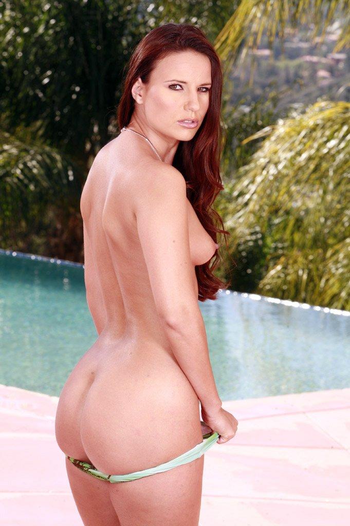 Длинная соблазнительница Claudia Rossi стаскивает свое бикини у бассейна и трахается в спортзале