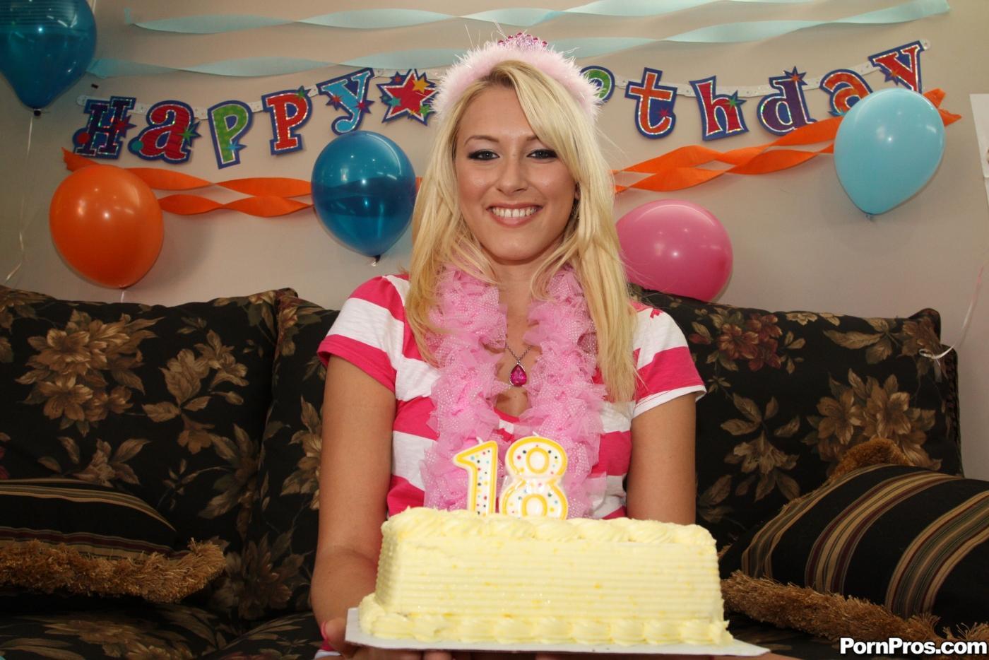 Неимоверная светловолосая девушка Katie Summers заглатывает и жарит огромный член на свой день рождения