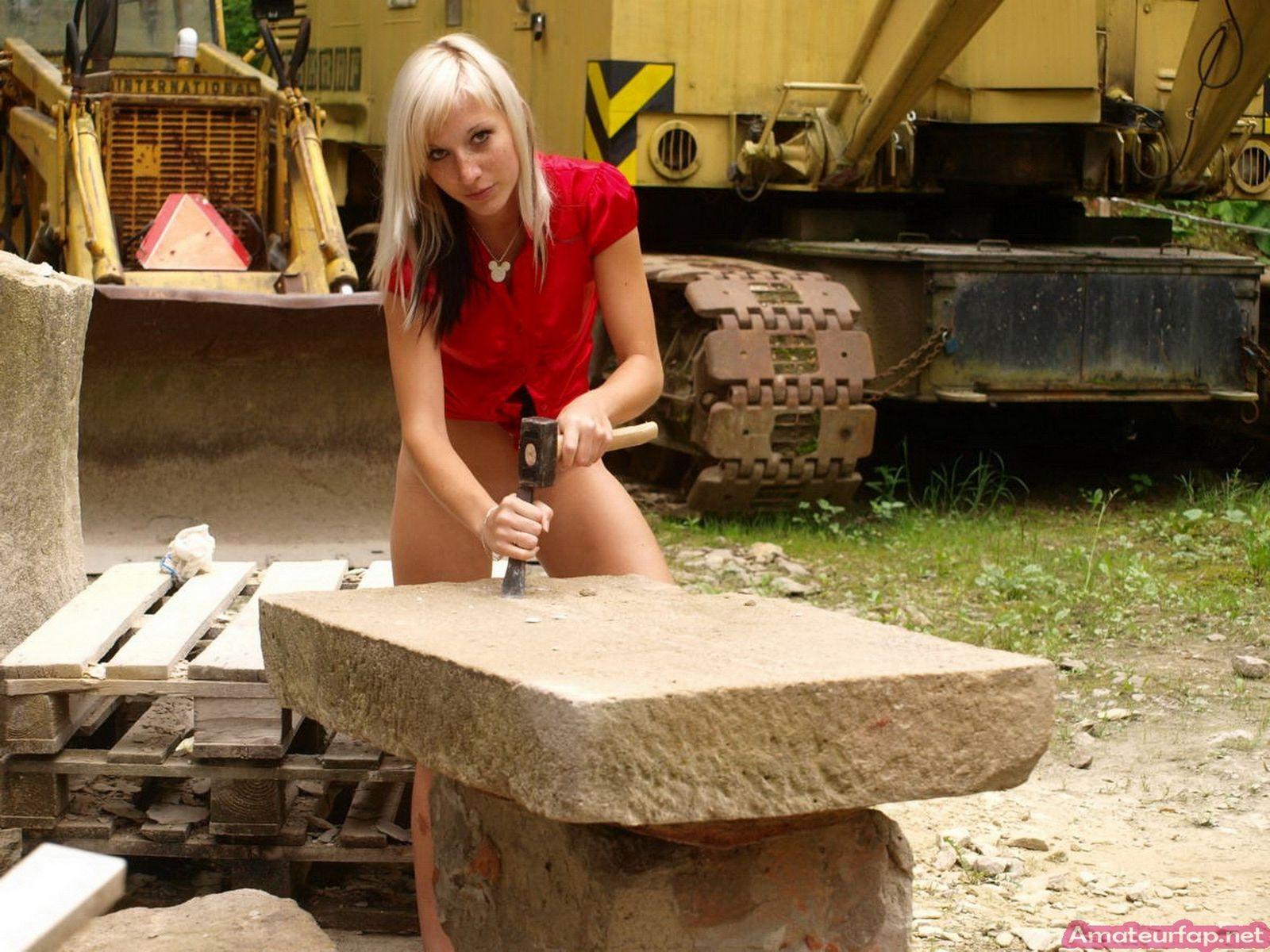 Блондиночка снимает нижнее белье на стройке