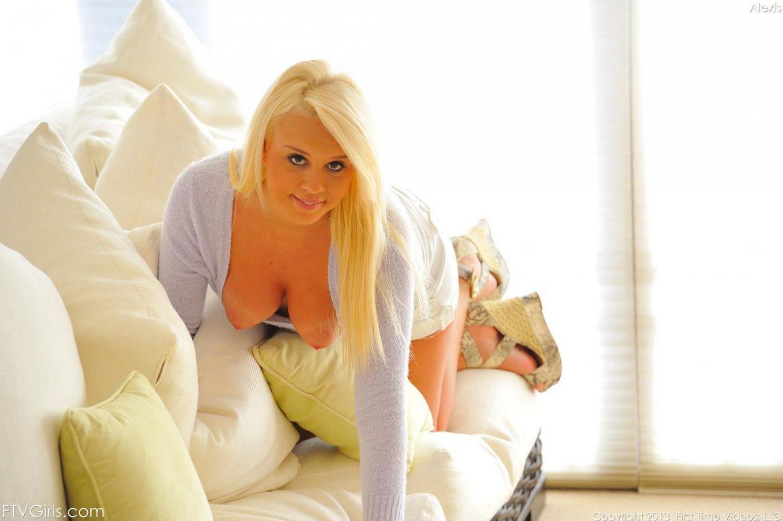Пышногрудая блондинка Alexis Adams - милейшая девочка-подросток на данный момент, а еще она такая игривая