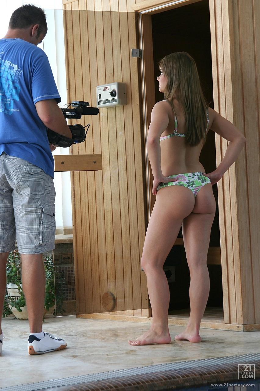 Нежная модель со свелыми волосами Nikki Miller позволяет Wibeke пописать на ее милую попку за сценой
