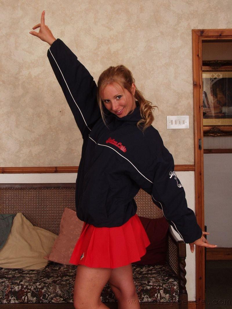 Красивая блондинка Willow Onlytease показывает титьки и танцует
