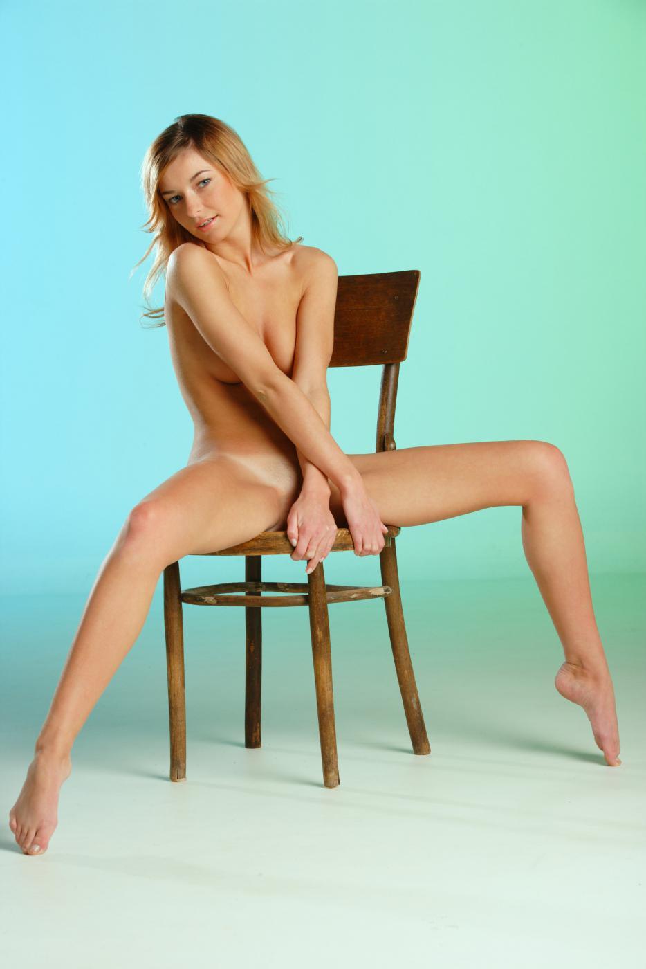 Сексапильная блондиночка Ekaterina D раздетая на стуле