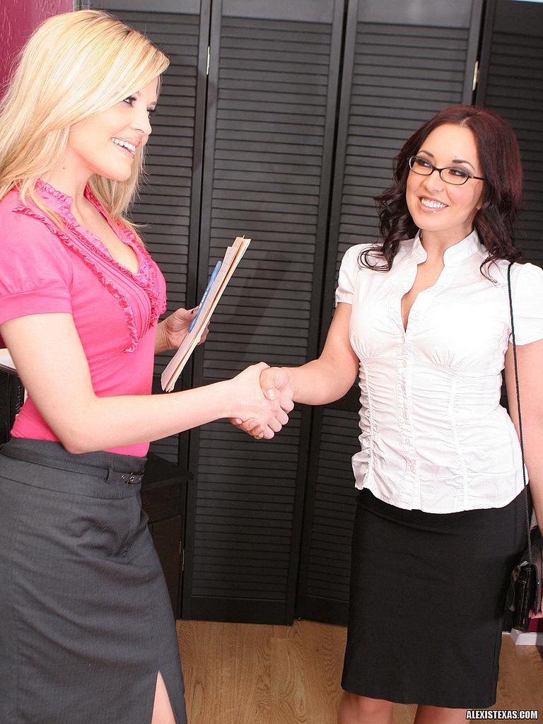 Блондинка Alexis Texas и русая порноактрисса Zoe Britton оголяются и занимаются лесбийским еблей в кабинете