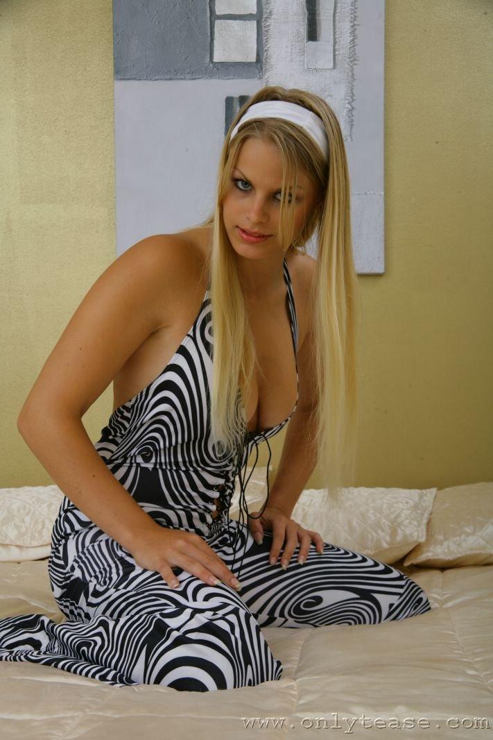 Аппетитная блонди с нарядной грудью Elise Onlyteas стаскивает трусики на шелковом покрывале