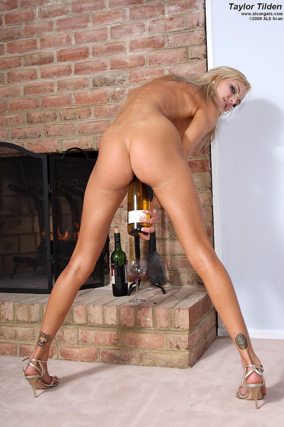Раздетая блестящая блондиночка Taylor Tilden сует винную бутылку в свою лысую молоденькую киску