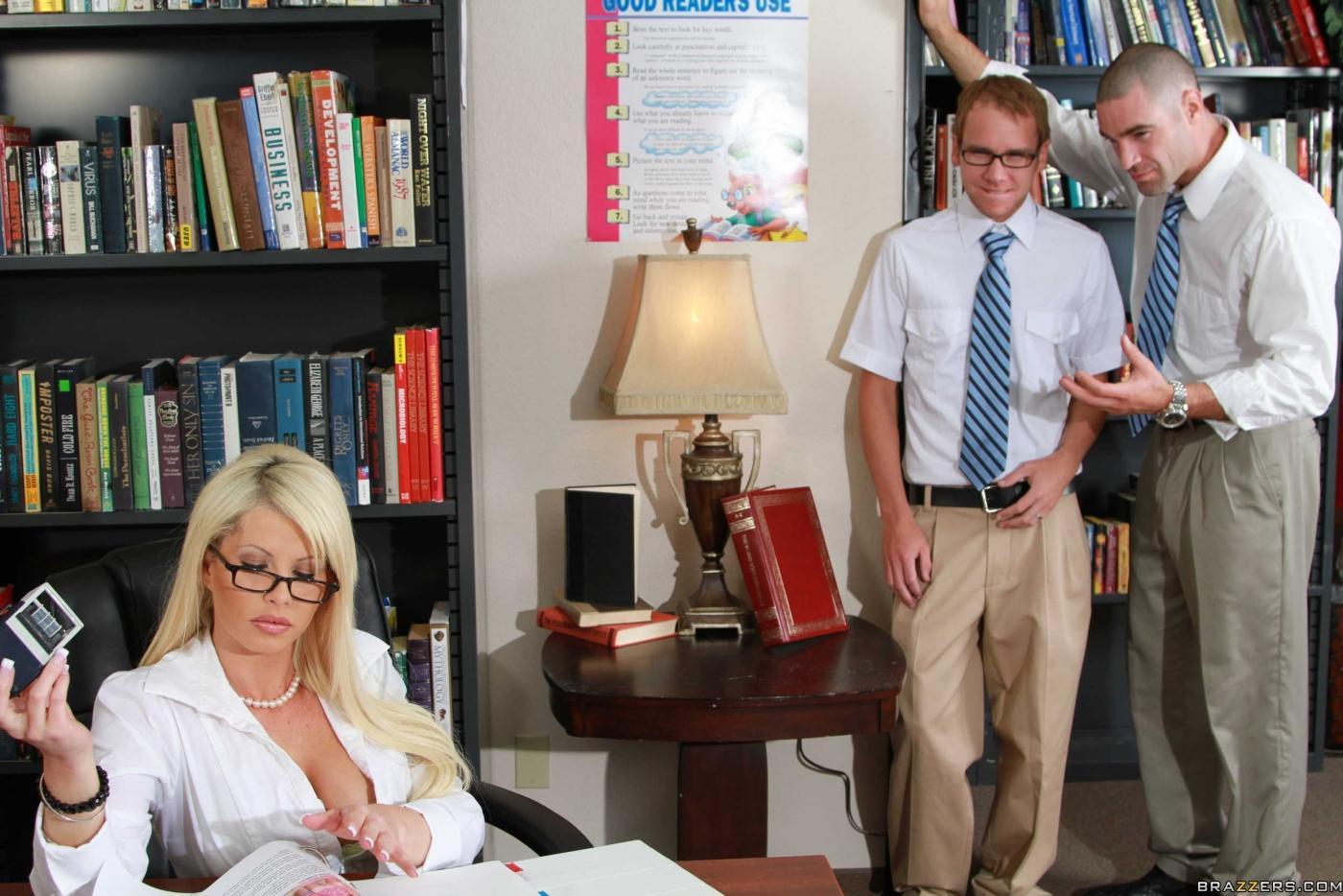 Возбужденная пышногрудая светловолосая девушка Brooke Haven с удивительными грудями ебётся в кабинете