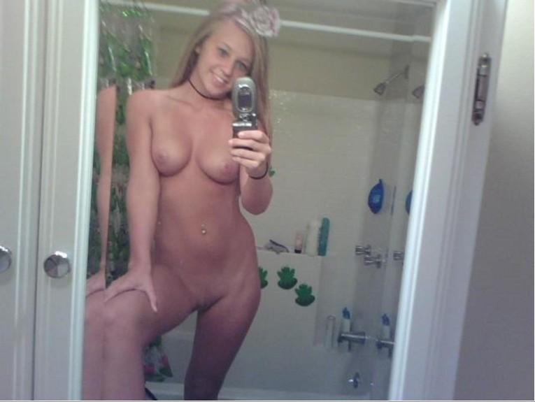 Горячие сучки красуются голыми в душевой