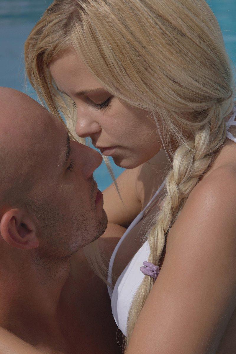 Блондинка Lola Myluv давится твердым хером и возбуждает себя на поляне