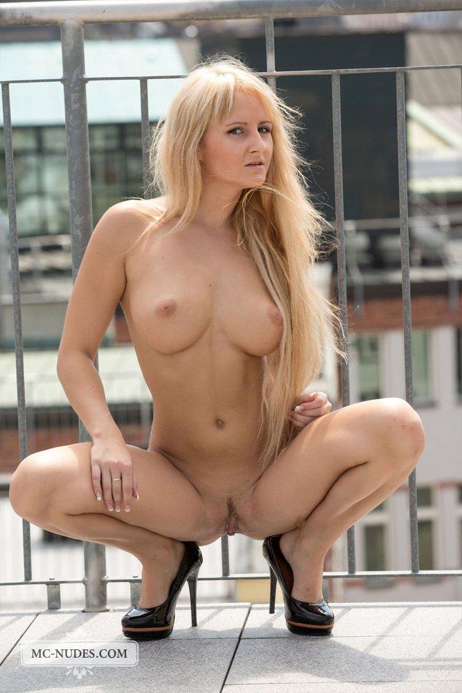 Бесстыдная блондинка Sindy Saint позирует абсолютно раздетой на балконе
