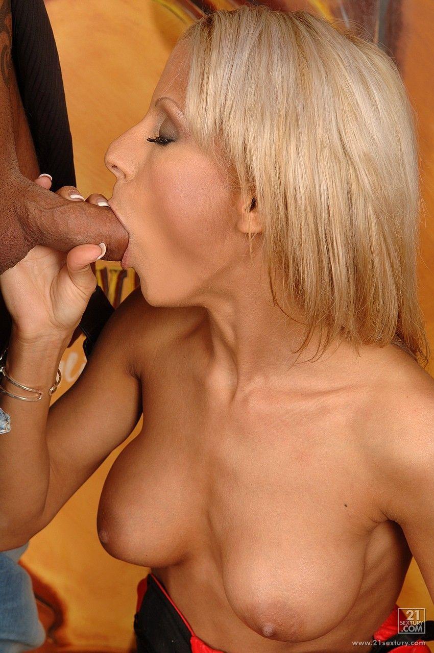 Шикарная блондинка Stella Baby светит крупно, как ее обкончали после того, как юноша отимел ее аккуратную пизду