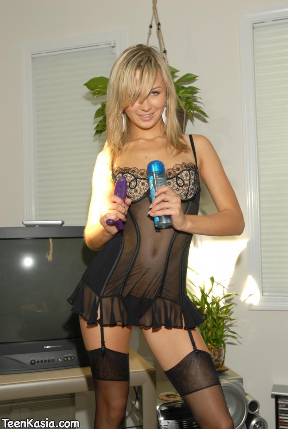 Модель со свелыми волосами на каблуках и в черном белье Teen Kasia обсасывает пальчик и трахает искуственный член свою дыру