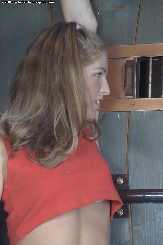 Светлая порноактриса Sharon Babe бесстыже мастурбирует