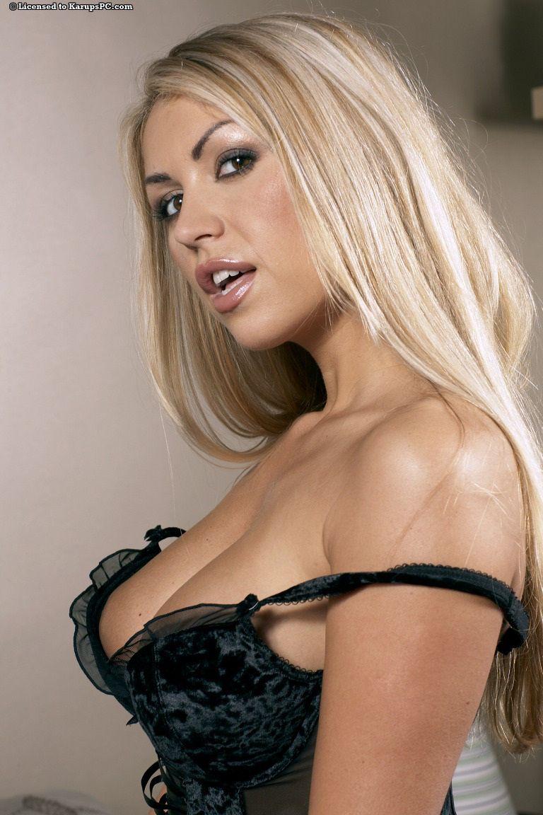 Фото титькастой блондинки Anette Dawn в чулках