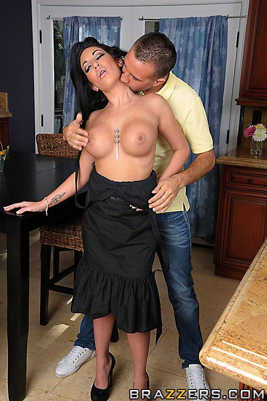 Темная титькастая леди Emily B дала заполнить свою вагину хуем милого размера