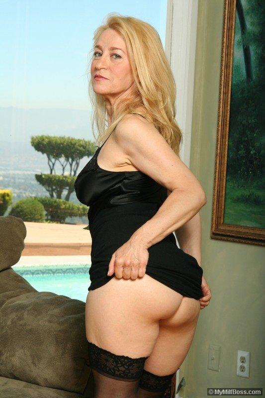 Изголодавшуюся по сексу взрослую блондиночку Robin Pachino с большими грудями и побритой вагиной дерзко трахают