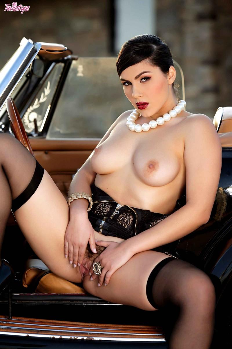 Милая мадам с крупными грудями в шляпке