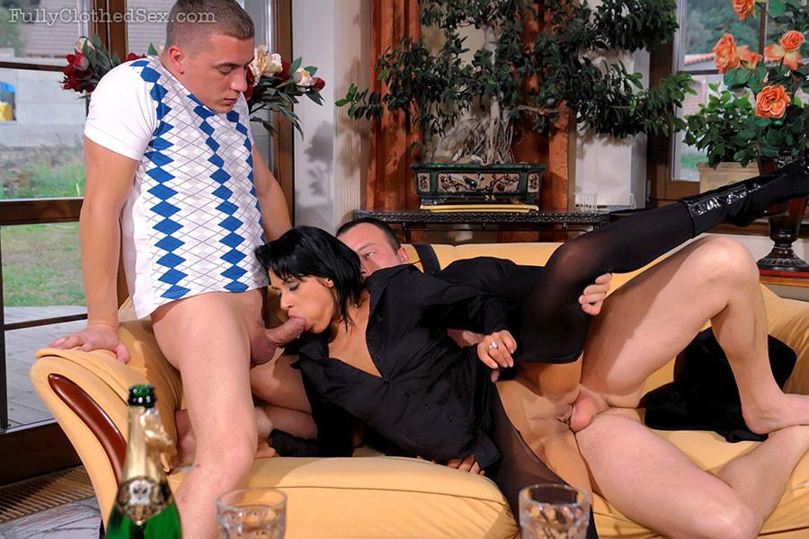 Крутая брюнеточка в черном поебалась с двумя юнцами