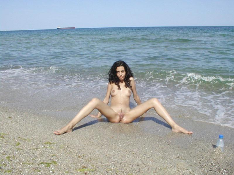 Американка после отдыха на берегу моря играет со своим мужем