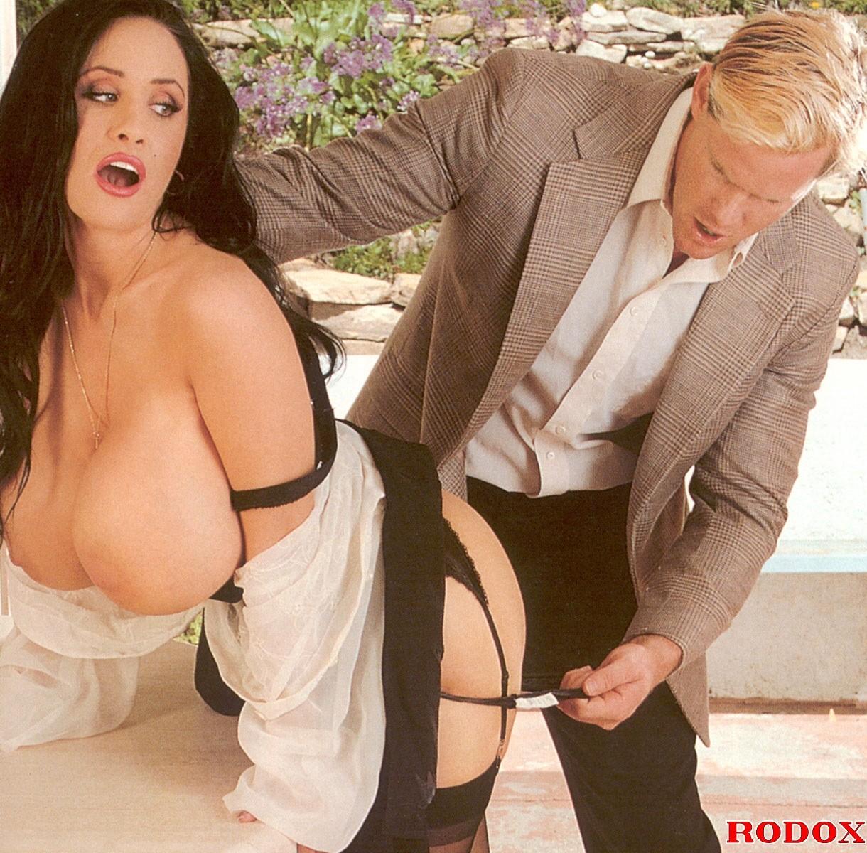 Шатенка с громадными буферами манит мужчину и он с широкой страстью овладевает ее торсом