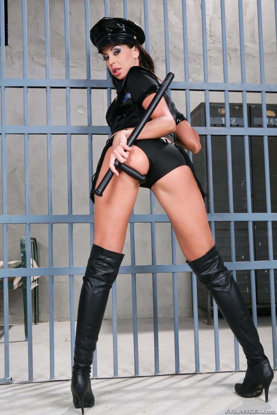 Сексуальная брюнетка в полицейской униформе Larissa Dee может соблазнить всех преступников