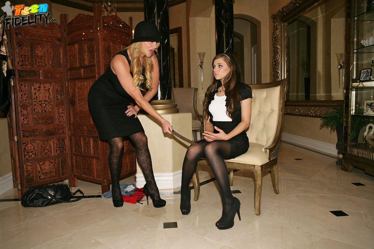 Брюнетка-подросток Tiffany Star делит член с помешанной на сексе грудастой мамочкой-блондинкой