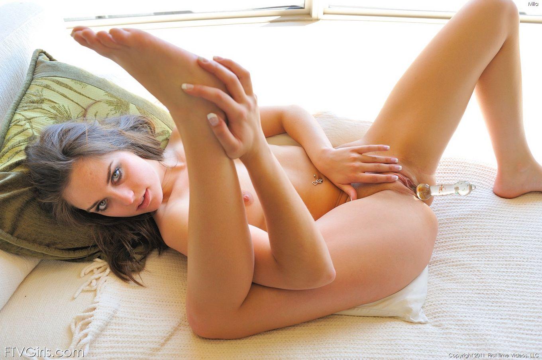 Раздетая сахарная русая порноактрисса Mila FTV вставляет стеклянную секс-игрушку в свою выбритую красивую манду