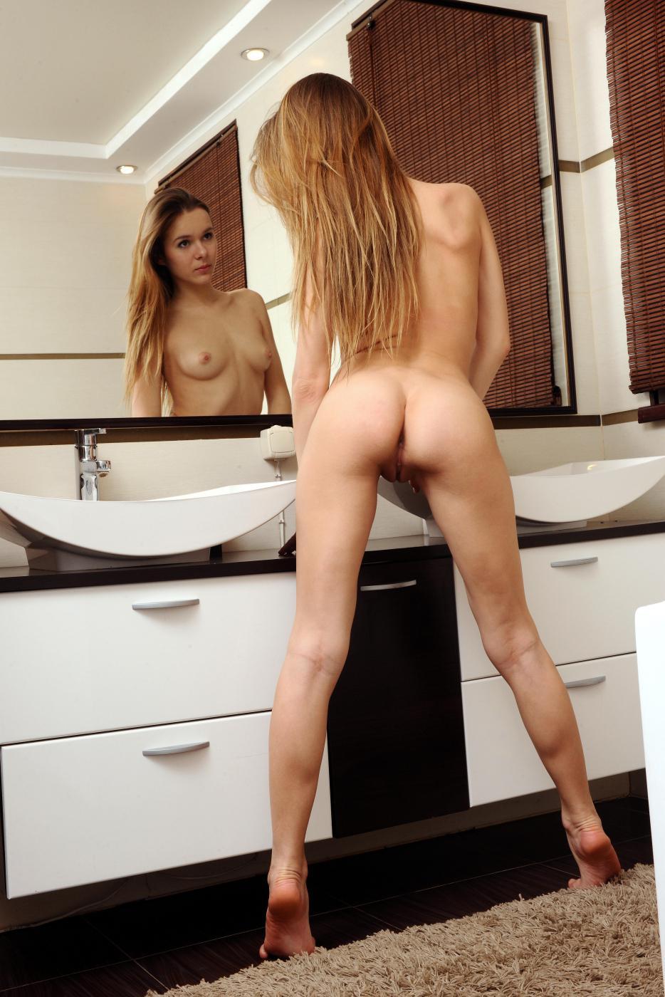 Высокая и симпатичная брюнетка Dana P всегда готова показать свои прелести