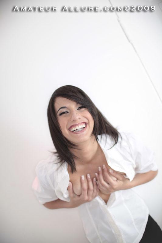 Привлекательная любительница спермы шатенка Riley Allure демонстрирует дырку и смазывает болт ртом