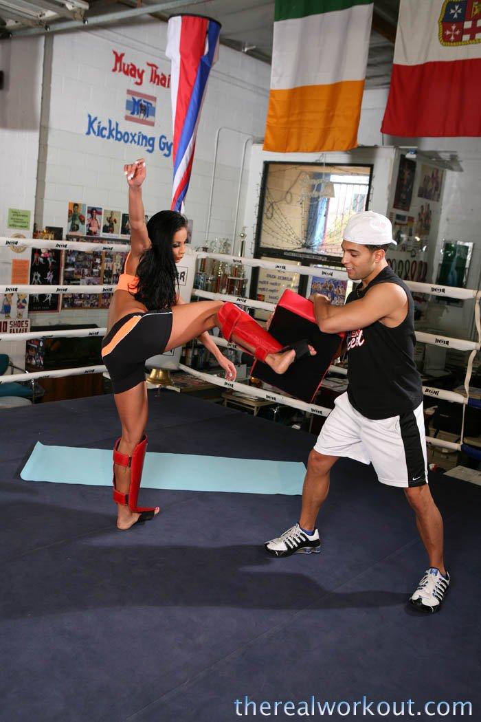 Сиськастая модель с темными волосами Audrey Bitoni трахается у свою роскошную побритую киску с милым боксером