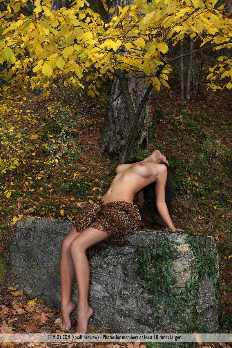 Великолепная русая порноактрисса Beata Femjoy снимает нижнее белье в общественном месте