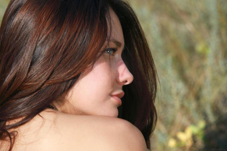 Брюнетка-извращенка Mila M снимает нижнее белье на поле, показывая фантастическую бритую пизду