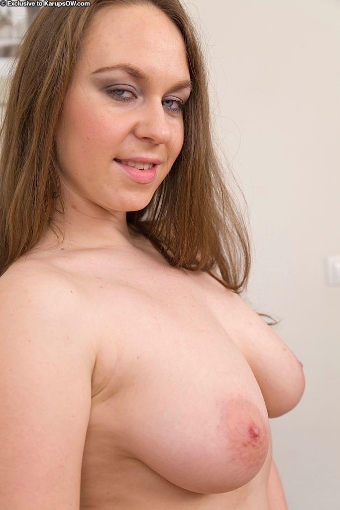 Красавица-шатенка Erin Eden с большими натуральной грудью бурит свою полную киску