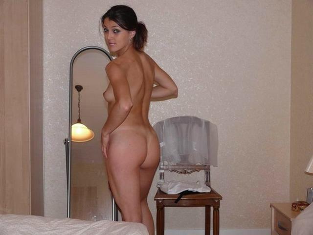 Спортивная милфа красуется голая и в нижнем белье для супруга
