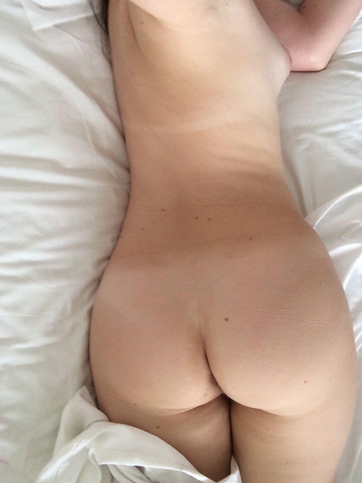 Юная чика снимает себя без лифчика в постели