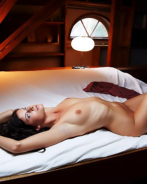 Дашка с прекрасными ногами выставляет напоказ ухоженную пизду