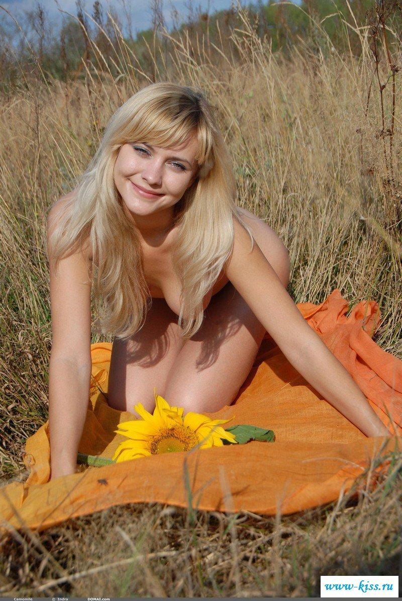 По колено в траве сисястая селянка