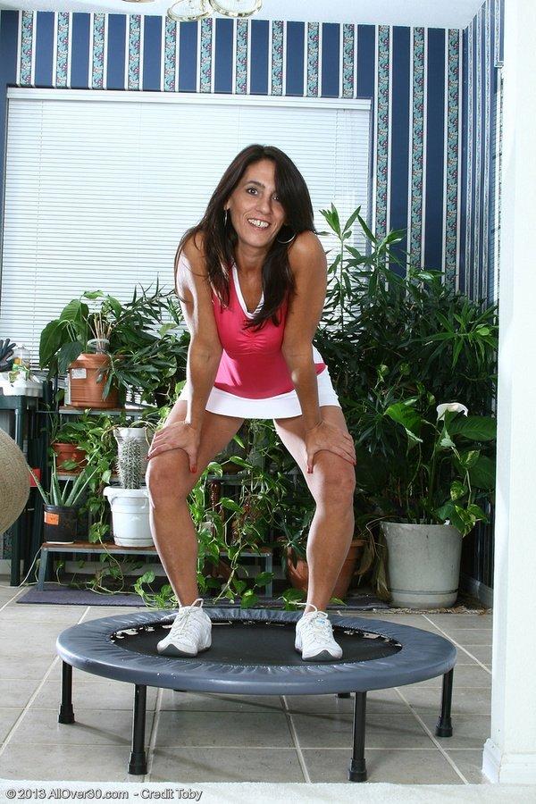 Женщина в зрелом возрасте раздвигает ноги перед камерой специально для того, чтобы продемонстрировать мохнатую пилотку